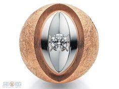 Patentschließe von Jörg Heinz. 750/- Rotgold kratzmattiert mit 750/- Weißgoldfassung sowie einem Brillanten. Ob an einer Perlenkette oder schlichten Schnur. Die Schließe ist immer der Blickfang.