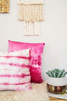 Kissenbezüge batiken ❤ Batik Deko l Dyed Velvet Pillow DIY – A Beautiful Mess Shibori, Velvet Pillows, Diy Pillows, Cushions, Pillow Ideas, Throw Pillows, Fabric Crafts, Diy Crafts, Tie Dye
