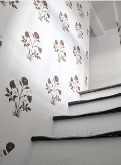 I like the idea of using wallpaper in small rooms and hallways. Spotted in the recent issue of Elle Decor Les Indiennes just released a collection of wallpaper—I'm a huge of their texti… Bold Wallpaper, Print Wallpaper, Wallpaper Designs, Bathroom Wallpaper, Flower Wallpaper, Wood Bedroom Sets, Wall Stencil Patterns, Indian Interiors, Indian Block Print