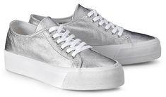 Dieser Plateau-Sneaker von Another A in Metallic-Silber bringt gute Laune in jedes Outfit. In extravagantem Design mit hoher Kontrastsohle in Weiß.