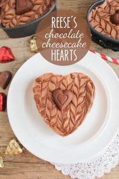 Reese's Chocolate Cheesecake Hearts - These rich and decadent mini cheesecakes are so simple to make and delicious too. An elegant dessert that's perfect for sharing with your sweetheart! - Bake the crust and the filling is mix and pour. Elegant Desserts, Easy Desserts, Delicious Desserts, Dessert Recipes, Yummy Food, Cookies And Cream Cheesecake, Chocolate Cheesecake, Cheesecake Bites, Cupcakes