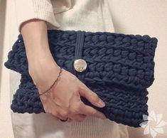 How To Crochet A Shell Stitch Purse Bag - Crochet Ideas Crochet Clutch Bags, Bag Crochet, Crochet Shell Stitch, Crochet Handbags, Crochet Purses, Love Crochet, Crochet Clothes, Knitting Patterns, Crochet Patterns