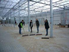 unser Team aus der Freilandhalle fegt gegen den letzten Baustellenschmutz an