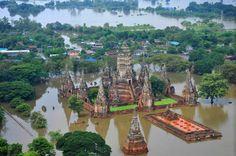 flooding in Thailand, Oct. 2011: REUTERS/ Government Spokesman Office  Tempel von Ayutthaya: Die alte Königsstadt ist von den Fluten umschlossen
