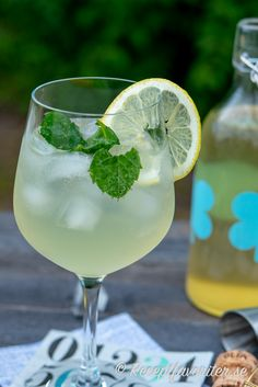Burn Fat By Drinking Water And Lemon water! Wine Drinks, Alcoholic Drinks, Beverages, Smoothie Drinks, Smoothies, Swallow Food, Drinking Lemon Water, Summer Cocktails, Refreshing Drinks
