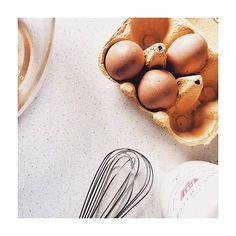 backe backe kuchen! #flatlays #flatlay_white #flatlay #flatlayoftheday #flatlaystyle #baking #backen #backebackekuchen #eggs #eier #küche #kitchen #view #project #cooking #foodlove #foodporn #foodlover #foodstagram #foodstyling #foodblog #stilllife #stilleben Food Styling, Food Porn, Breakfast, Eggs, Kuchen, Morning Coffee, Treats