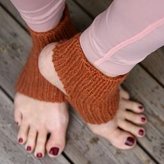 PicklesXyoga / The Mountain Yoga socks pattern by Anna & Heidi Pickles Stricken – Suzi Stricken Knitting Socks, Knitted Hats, Yoga Socks, Wrap Pattern, Knit In The Round, Knitting For Beginners, Good Grips, Crochet Accessories, Baby Booties