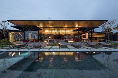 Construido en 2013 en Bragança Paulista, Brasil. Imagenes por Leonardo Finotti. Esta casa se emplaza de acuerdo a las curvas de nivel del terreno, la exposición solar y las vistas panorámicas, resultando en un edificio de un piso...