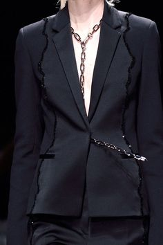 View all the detailed photos of the Versace autumn (fall) / winter 2016 showing at Milan fashion week. Dark Fashion, High Fashion, Autumn Fashion, Aesthetic Fashion, Aesthetic Clothes, Abaya Designs, Fashion Details, Fashion Design, Dandy