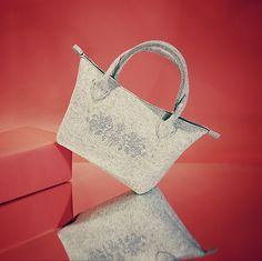 Die vielseitige TASCHE  aus Wollfilz mit zarter Zierstickerei, ein Geschenk das Freude macht.