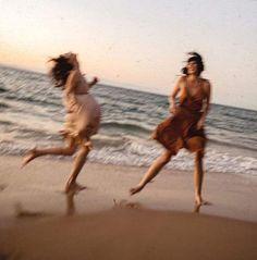 : Bild über Mädchen am Strand von victoria_svobodova234 - - #Beach #FitGirlsbelike ...,  #beach #Bild #FitGirlsbelike #Mädchen #PositiveQuotes #Strand #über #victoriasvobodova234 #von Summer Vibes, Fille Gangsta, My Vibe, Summer Dream, Teenage Dream, Summer Aesthetic, Foto Pose, Friend Goals, Friend Pictures