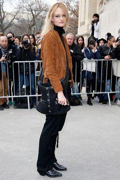 Nadine Strittmatter ナディーン・シュトリットマター シャネルのショー会場でキャッチしたモデルのナディーン・シュトリットマター。フリンジ付きのスエードジャケットとゆるめのテーラードパンツを合わせ、「ガール シャネル」を斜め掛して、ガーリーなウエスタンルックが完成。 © CHANEL
