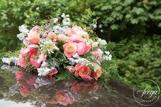 Een prachtig bloemstuk op de auto - na aankomst op de trouwlocatie kan je hem…