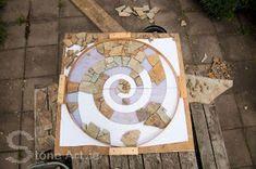 Making a stone mosaic Mosaic Tile Table, Pebble Mosaic, Stone Mosaic, Mosaic Art, Mosaic Glass, Pebble Stone, Stained Glass, Mosaic Crafts, Mosaic Projects
