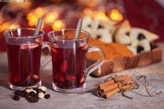 Glögit - glögi juoma lämmin kuuma punainen joulu jouluinen manteli kaneli kanelitanko rusina lasi glögilasi lusikka torttu joulutorttu joululeivonnainen luumutorttu tähtitorttu pipari piparkakku