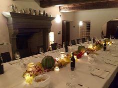 Centro tavola con foglie di vite, zucche, melograno. Tutti i colori dell'autunno.