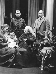 Victoria, a rainha da Grã-Bretanha, no Castelo de Balmoral, na Escócia, com seu filho Edward, o príncipe de Gales (direita), e do czar Nicolau II da Rússia (esquerda). Sentado à esquerda é Alexandra, czarina da Rússia, segurando seu bebê filha grã-duquesa Tatiana. (Foto de Hulton Archive / Getty Images). Reino Unido, 1896