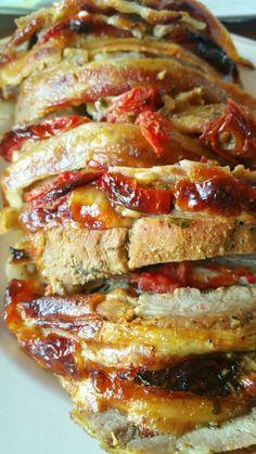Lomo de cerdo relleno de queso mozzarella, tomates y especias. .