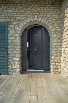 Une porte d 39 entr e bois grille pour apporter du charme - Porte d entree double battant ...