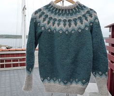 Free pattern instructions in Danish for a Icelandic sweater with matching hat and leg warmers.