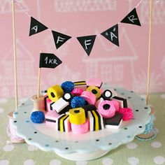 Engelsk lakritskonfekt av lera – Liquorice allsorts made of clay (Craft & Creativity) Clay Art Projects, Ceramics Projects, Polymer Clay Crafts, Diy Clay, Cake Pop Tutorial, Liquorice Allsorts, Candy Costumes, How To Make Clay, Clay Food