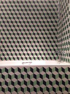 Baldosas hidráulicas con motivos geométricos en colocación mural