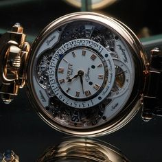 Bovet double-face Perpetual Calendar - The multiple faces of Virtuoso VII. A Bovet watch that isn't just a single watch, but several instead, Virtuoso VII serves several styles and fulfills several needs. As an Amadeo timepiece, its red gold case is fitted in a convertible container. It can be attached to an alligator strap, on a chain or be set on a table like a clock. Virtuoso VII has an ornate and classical side, featuring a perpetual calendar with a retrograde date. Its other face is…