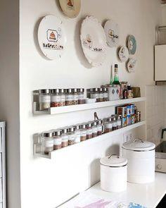 Ótima solução para organizar temperos! Ocupa pouco espaço e permite que fiquem todos à vista e à mão. Qualquer marceneiro pode fazer. O ideal usar uma parede perto do fogão. Impede que se acumule vidros de tempero vazios ou fora da validade e que se perca tempo procurando na hora de cozinhar.