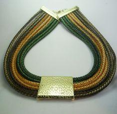 Colar com fios de couro em três cores Pingente de metal dourado Acabamento dourado R$ 38,00