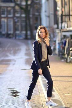 abbigliamento-casual-chic-donna-pantalone-blazer-elegante-maglione-scarpe-da-ginnastica