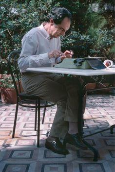 Ernest Hemingway, Scott Fitzgerald, Charles Dickens, ma anche italiani   come Italo Calvino e Cesare Pavese. Più di 400 foto di scrittori famosi   di ogni parte del mondo, intenti a battere a macchina o a prendere   appunti su un taccuino, sono state raccolte nel blog  writersatwork.pfauth.co