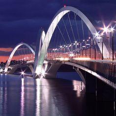 Ponte JK Brasilia - Ela tem 1200 metros de extensão e é formada por três arcos metálicos que se intercalam por cima das pistas e calçadas. A posição intercalada dos arcos representa o movimento de uma pedra quicando sobre a água.