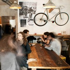 Muy fans de La Bicicleta Café, muy cerquita de nuestra tienda en Malasaña, el primer cycling café de Madrid. Y no te pierdas su Tumblr, con fotos súper chulas de bicicleteros.