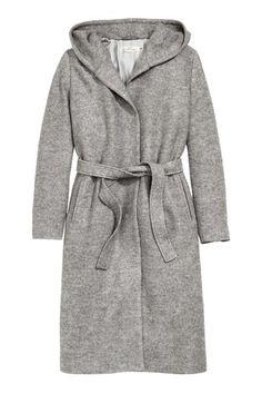 Płaszcz z kapturem: Długi płaszcz z przędzy bouclé z mieszanki zawierającej wełnę. Kaptur z podszewką, kieszenie po bokach, w talii pasek do wiązania. Z podszewką.