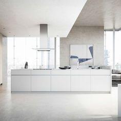 Fenix este un material foarte versatil pentru suprafețe de bucătărie mulțumită aspectului semi-lucios și texturii catifelate la atingere, inclusiv datorită proprietăților anti-zgârieturi și diversității de finisaje cromatice. • Coloane: Tiglio, Melaminat cu finisaj lemn venatură verticală • Insulă: 1135 Neve, Lăcuit mat • Blat de lucru: Bianco Kos, Fenix • Baze: Bianco Kos, Fenix Kos, Design, Aries, Blackbird