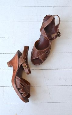 Vintage 1970s brown leather sandals with contrast stitching, open toe, ankle strap and wooden platform sole. ✂-----Measurements  fits like: us 8.5  