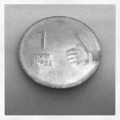 Moeda de 1 Rupee (Índia) já vem com Like ;-) -- Foto by Martha Gabriel, 2011