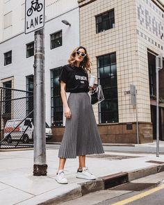 Look feminino - look com saia midi plissada - look com t-shirt - look com tênis - look estiloso - look com bolsa - t-shirt preta - saia midi cinza - tênis branco Long Skirt Outfits, Summer Outfits, Casual Outfits, Pleated Skirt Outfit Midi, Casual Skirts, Skirt Ootd, Midi Skirt Casual, Gray Outfits, Tight Skirts