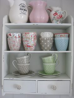 The house by the bay: Green Gate Love the bowls. Cocina Shabby Chic, Shabby Chic Kitchen, Vintage Kitchen, Kitchen Decor, Cool Glasses, Romantic Homes, Cute Mugs, Painted Floors, Pretty Pastel