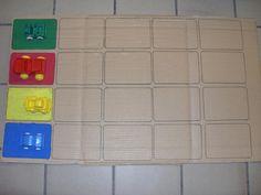 Elke kleuter krijgt een spelbord met vier auto's. Gooien met de dobbelsteen en de juiste auto een plaatsje vooruit.