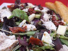 Sałatka z kurczakiem, awokado i suszonymi pomidorami