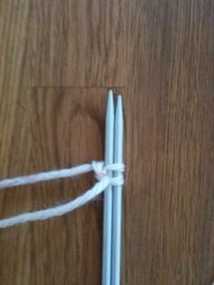 Lär dig sticka - Spiralsockor Stick O, Clothes Hanger, Knitting Patterns, Den, Coat Hanger, Knitting Stitches, Hangers, Knit Patterns, Coat Hooks