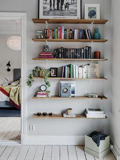 Un hogar nórdico y optimista Bookshelves Ideas hogar nórdico optimista Creative Bookshelves, Bookshelf Design, Bookshelf Ideas, Shelves For Books, Homemade Bookshelves, Floating Shelves Books, Bookshelf Inspiration, Bedroom Inspiration, Warm Home Decor