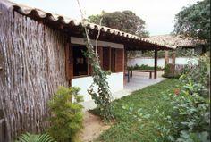 Casa em Búzios - projeto do arquiteto Cydno Silveira: paredes em pau-a-pique (taipa de sebe), estrutura autônoma em madeira.