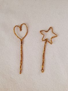 Gold Pipe Cleaner Wands http://lovelylittledays.blogspot.ca/2014/01/pipe-cleaner-crowns.html