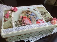 Arte com Encanto by Vastí Fernandes: Caixa Vintage Damas Antigas Decoupage Glass, Decoupage Box, Decoupage Vintage, Vintage Crafts, Arte Country, Shabby Chic Crafts, Altered Boxes, Jewellery Boxes, Crafty Projects