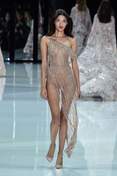 The most extravagant moments of Paris Haute Couture Fashion Week Runway Fashion, High Fashion, Fashion Beauty, Fashion Show, Fashion Models, Womens Fashion, Fashion Design, Sexy Outfits, Sexy Dresses