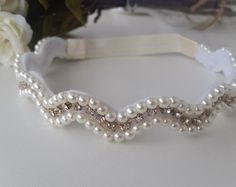 faixa para bebe Pearl Beads, Pearl Jewelry, Beaded Jewelry, Pearl Headband, Red Band, Baby Girl Dresses, Diy Necklace, Beading Patterns, Wedding Designs