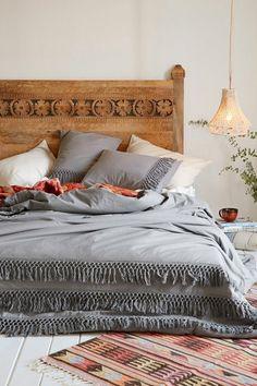 tissus ethniques, tapis aztèque, couverture de lit gris, tête de lit en bois, lampe pendante
