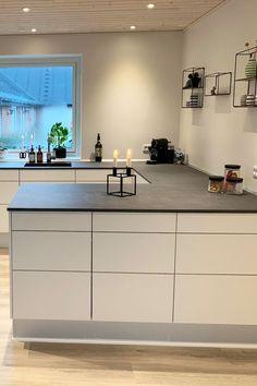 En god indretning i køkkenet betyder alverden for de mange t Timber Flooring, Kitchen Flooring, Romantic Room, Mawa Design, Scandinavian Kitchen, Cuisines Design, Kitchen Cabinetry, New Kitchen, Modern Kitchens